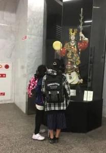 こんなところに博多人形!おおきいなあ。。。