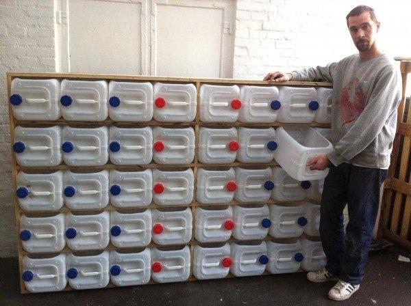 este original sistema de almacenamiento con 40 botellas o garrafas de