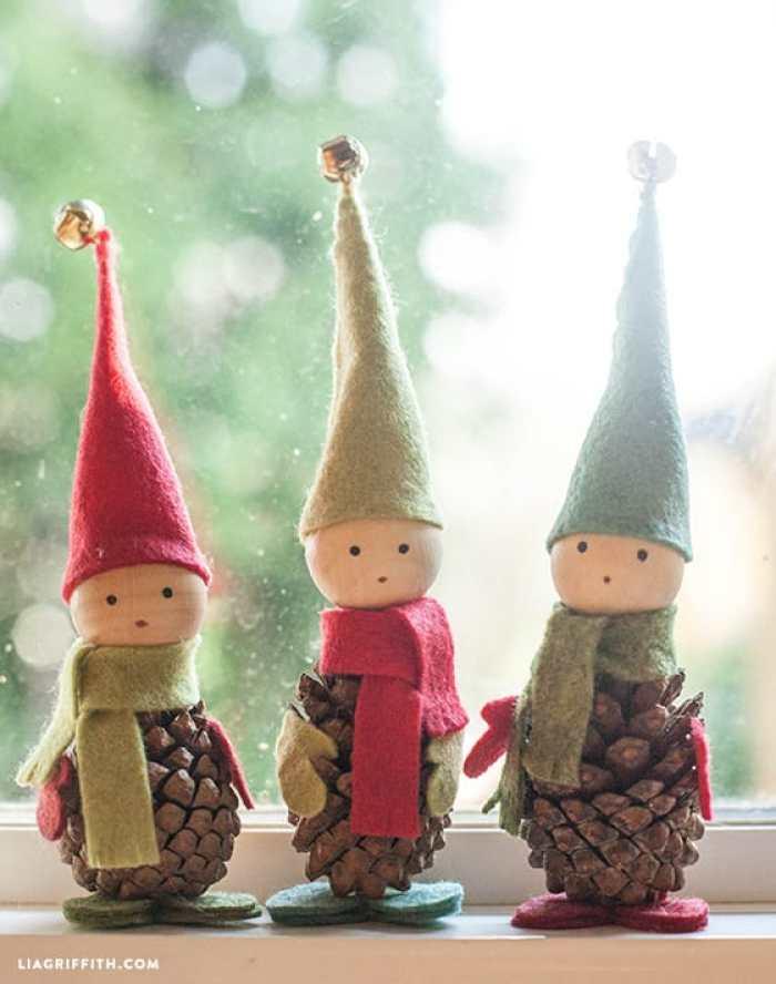 Como hacer elfos navide os con pi as de pino y fieltro for Gnomos navidenos