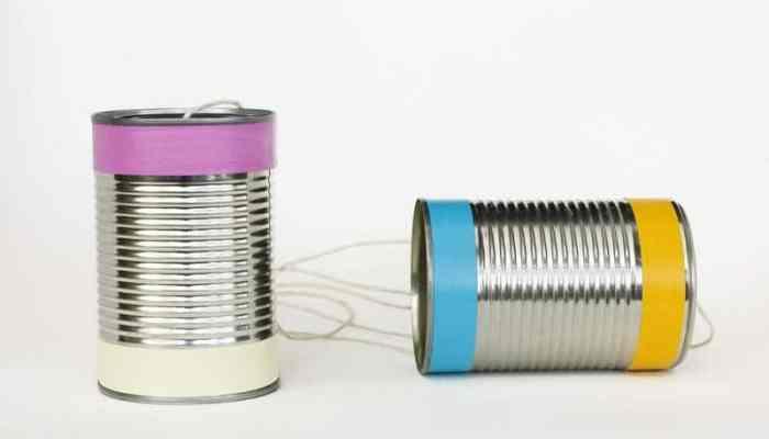 Cómo hacer un teléfono de juguete con latas