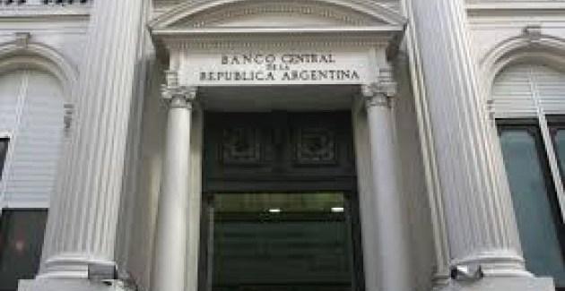 Un cajero del Banco Central de Argentina expende billetes falsos