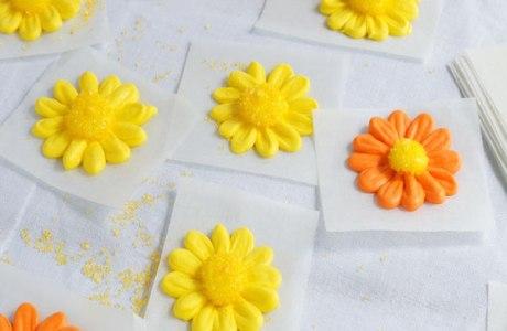 How-to-make-a-Simple-Icing-Daisy-via-www.thebearfootbaker.com_