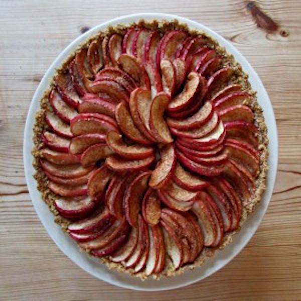 Amaretti-Apple-Tart-ready-to-serve