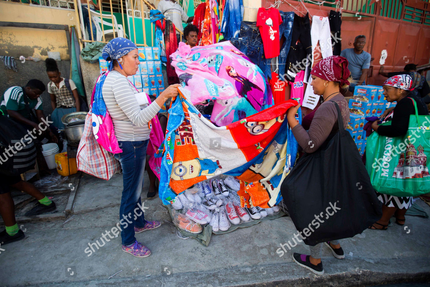 Shopping Com Au Cuban Shoppers Hold Bed Cover They Shop Editorial Stock Photo