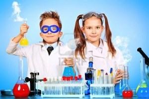 dos-ninos-haciendo-experimentos-cientificos