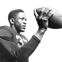 Willie Thrower se torna o 1º quarterback negro da NFL