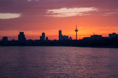 Kölner Skyline mit Rhein beim Sonnenuntergang, einfachmalraus.net