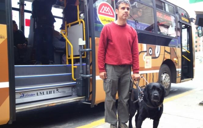 La Paz. Prohíben ingreso al Puma Katari al activista ciego Richard Mateos por llevar a su perra-guía sin bozal