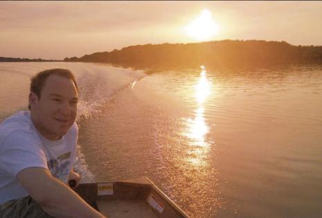 Cualquiera aprendería a manejar un bote con tal de llevar a pasear a Wálter Kuljis