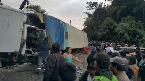 Imagen del accidente en la carretera Cochabamba-Santa Cruz que cobró la vida de cuatro personas, hoy 3 de julio. Foto: Fernando Cartagena