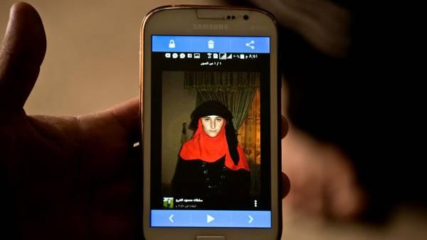 Una foto de la joven yazidí Nazdar Murat, parte de la base de datos de mujeres vendidas por el ISIS como esclavas sexuales. AP / Maya Alleruzzo