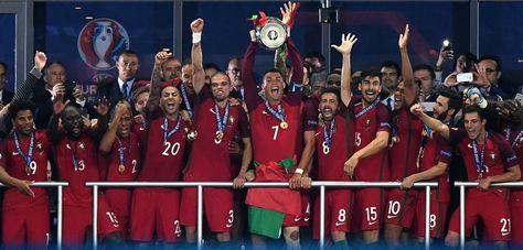 La selección portuguesa en pleno celebra con el trofeo de campeón de la Eurocopa.