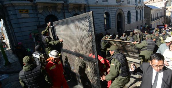Efectivos de la Policía Boliviana se encargaron de levantar las barricadas puestas para evitar el paso de las personas con discapacidad.
