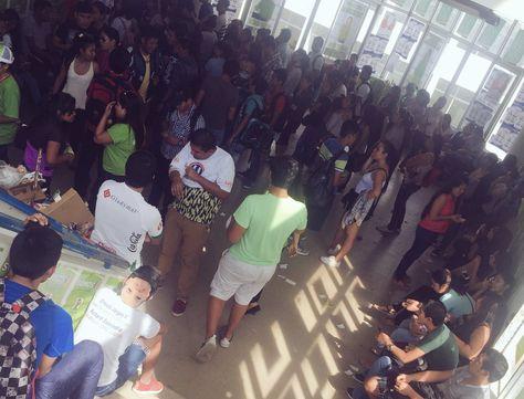 Estudiantes de la Universidad Autónoma Gabreiel René Moreno esperan emitir su voto. Foto: Fernando Ralde