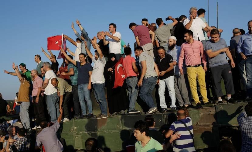 Manifestantes celebran el fracaso del Golpe en un tanque detenido en uno de los puentes sobre el Bósforo en Estambul. (AFP)