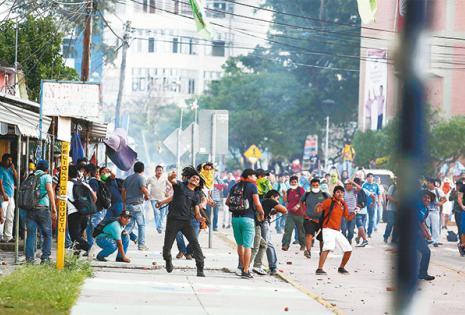 Los miembros de la Federación Universitaria Local cargaron sobre sus compañeros que tenían tomado el campus desde el miércoles