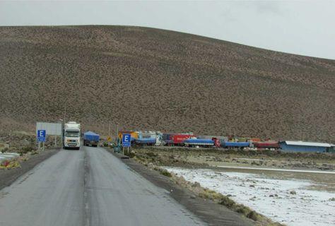 Camiones de carga pesada en el puesto de control fronterizo de Chungara, carretera internacional Arica (Chile). Foto: Micaela Villa