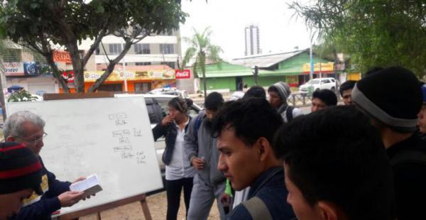 Docentes improvisaron clases en plena vía pública
