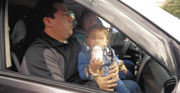 Elio Pinaya con la gemelita Michel, ayer en inmediaciones de la Felcc, donde sentaron la denuncia