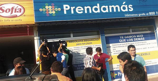 Alrededor de las 15:00 de ayer, delincuentes encapuchados robaron en Prendamás