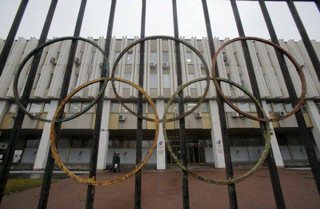 Una vista a través de una valla muestra la sede del Comité Olímpico de Rusia, que también alberga la gestión de la Federación Rusa de Atletismo en Moscú, Rusia, 10 de noviembre de 2015. El Ministerio ruso de Deportes, dijo el martes que estaba abierto para una cooperación más estrecha con el Mundial Antidopaje Agencia (AMA) con el fin de eliminar las irregularidades cometidas por el organismo de control antidopaje de Rusia y su laboratorio acreditado. AMA ha recomendado que los atletas rusos están excluidos de eventos internacionales, incluyendo los Juegos Olímpicos de 2016 en Brasil. REUTERS / Maxim Shemetov TPX IMÁGENES DEL DÍA