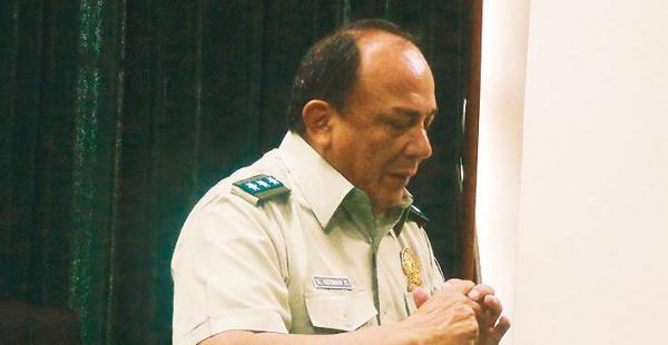 El comandante indicó que cada policía compra las manillas