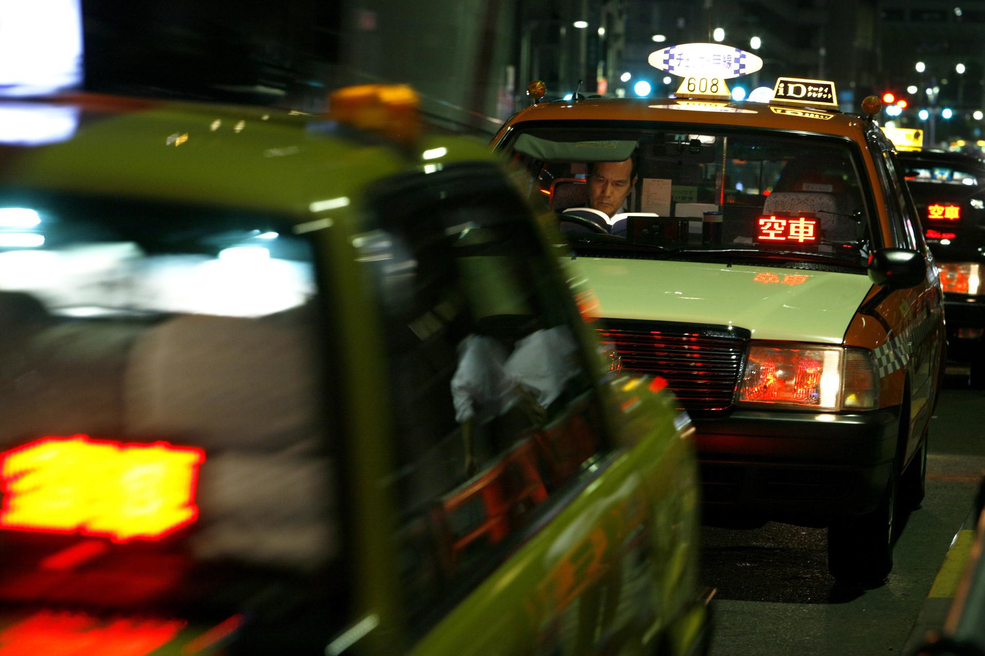 Un conductor de taxi a la espera de clientes en Japón. 3 de agosto de 2009.