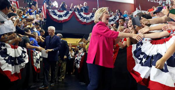 Hillary Clinton durante el inicio de su campaña en Filadelfia, este viernes, donde estuvo acompañada de su esposo Bill