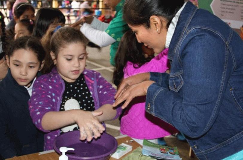 CAMPAÑA. Brigadas de la Gobernación hacen visitas a los colegios impulsando medidas de prevención.