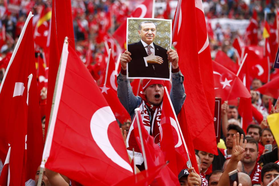 Miles de turcos salen a la calle en la ciudad alemana de Colonia en apoyo a Erdogan