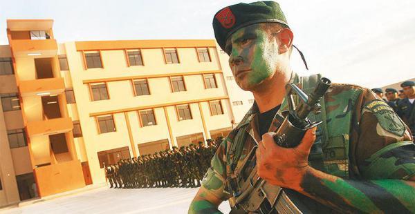 con recursos bolivianos el edificio fue construido inicialmente para militares de la alba La Escuela Militar Antiimperialista no es obligatoria, pero para ascender deben pasar por ella
