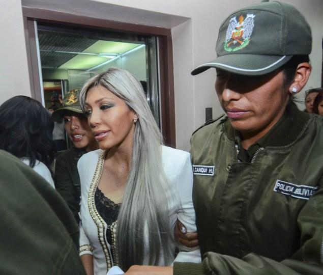 Gabriela Zapata Montaño, resguardada por dos policías. (APG)