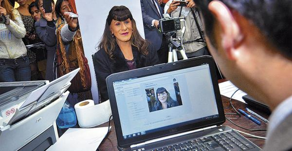 En la foto, Víctor Valenzuela inicia el trámite para  llamarse Pamela amparada en la nueva norma
