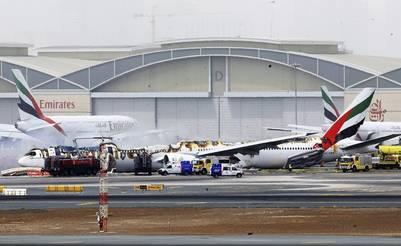 Vista del avión de la compañía Emirates Airlines procedente de la India tras sufrir un accidente al aterrizar en el Aeropuerto Internacional de Dubái. EFE