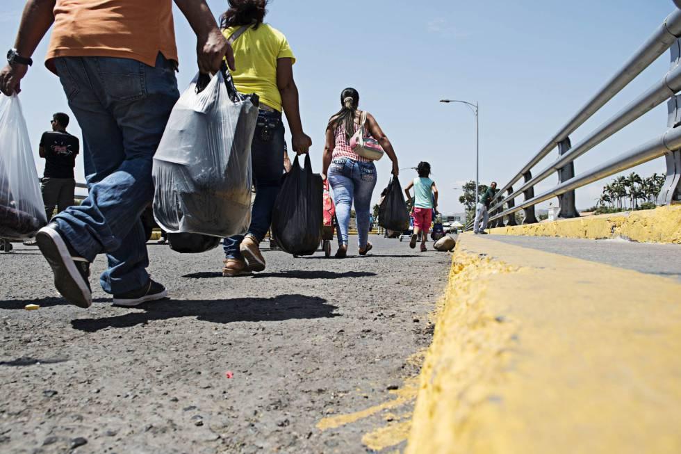 Ciudadanos venezolanos cruzan hacia Colombia para hacer la compra.