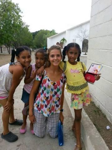 Isabela con alumnas en Sabana Yegua.