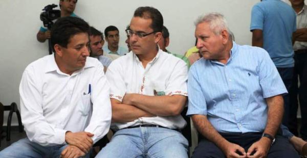 El gobernador acompañado de Alcides Vargas y Roly Aguilera