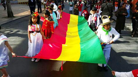 Desfile de niños por el aniversario patrio, el jueves, en el barrio de Sopocachi