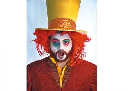 EZEQUIEL BAZÁN. El actor argentino es El sombrerero loco de la obra