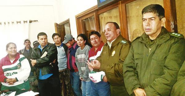 Los padres de familia se reunieron con el jefe policial para suspender el bloqueo vial