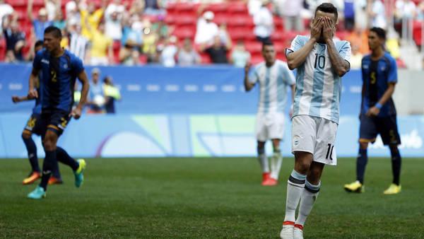 Angel Correa se toma la cara después del penal desperdiciado. (Maxi Failla)