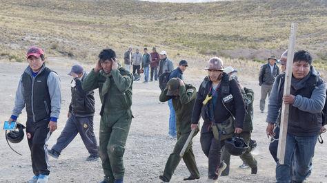 Policías capturados por los mineros cooperativistas en la localidad de Mantecani. Foto: José Lavayen