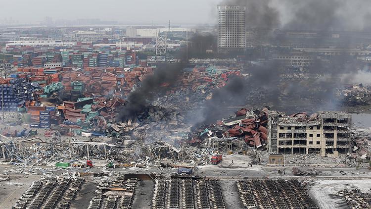 Bomberos tratan de apagar el fuego tras una explosión ocurrida en el distrito Binhai del municipio chino de Tianjin. 14 de agosto de 2015.