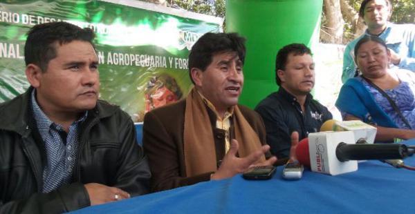 Cocarico, centro, se comprometio a ayudar a los arroceros que sufrieron pérdidas