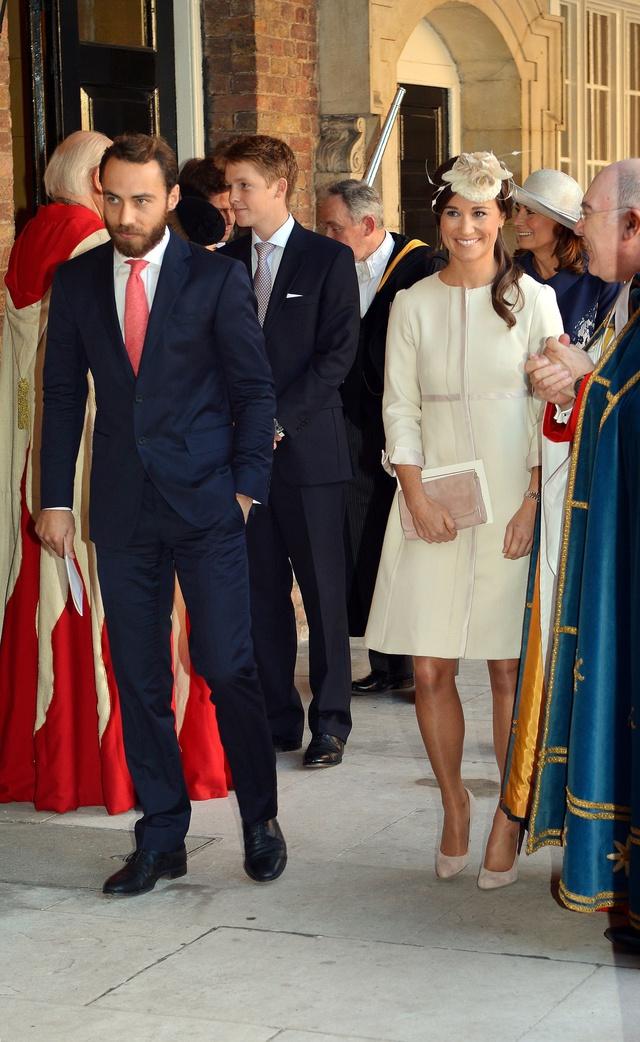 Hugh llega al bautizo del príncipe George acompañado de James y Pippa Middleton.