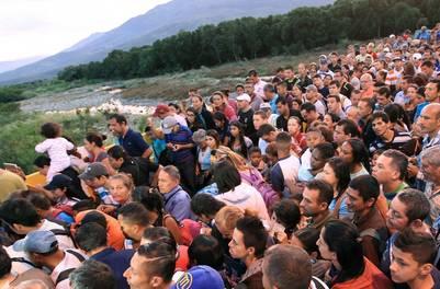 Miles de venezolanos por el cruce peatonal la localidad de Cúcuta , en Colombia. EFE
