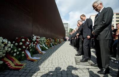 Homenaje. El alcalde de Berlín, Michael Mueller, y otros funcionarios, este sábado, 13 de agosto, recordaron a los muertos en el Muro de Berlín. /EFE  (