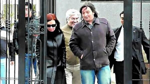 Máximo y Cristina Kirchner, con Lázaro Báez detrás, saliendo del mausoleo donde descansan los restos de Néstor Kirchner.