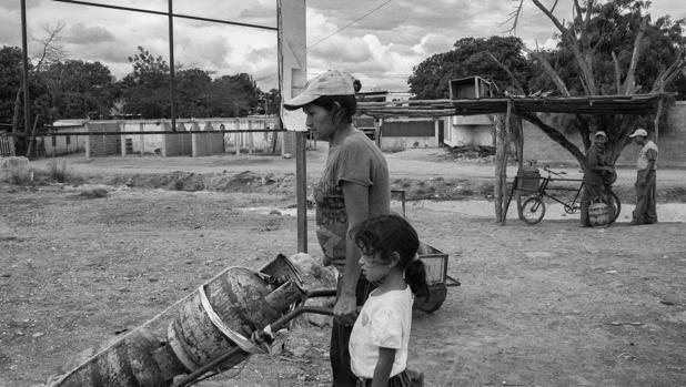 Una mujer, junto a su hija, acuden a la cola del gas. Barquisimeto al igual que otras ciudades del país vive un momento crítico por la falta de abastecimiento de gas. | Vídeo: Caracas: la ciudad más peligrosa del mundo. - ÁLVARO Y. ZAVALA