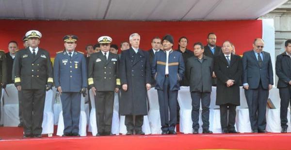 Evo Morales en la iza de la bandera